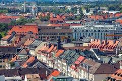 Centro de ciudad de Munich y vieja opinión del horizonte de la ciudad a la ciudad vieja foto de archivo libre de regalías