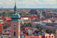 Centro de ciudad de Munich y vieja opinión del horizonte de la ciudad a la ciudad, a los tejados y a los chapiteles viejos foto de archivo libre de regalías