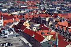 Centro de ciudad de Munich y vieja opinión del horizonte de la ciudad a la ciudad, a los tejados y a los chapiteles viejos imágenes de archivo libres de regalías