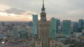 Centro de ciudad ocupado de Varsovia con el palacio de la cultura y de la ciencia y otros nuevos rascacielos en la visi?n Uno del almacen de metraje de vídeo