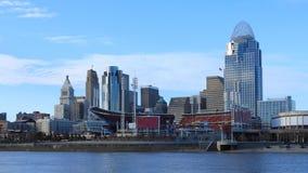 Centro de ciudad de Timelapse Cincinnati con el río Ohio 4K