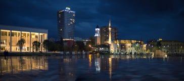Centro de ciudad de Tirana por noche Foto de archivo libre de regalías