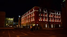 Centro de ciudad de Tirana por noche albania El ministerio de la agricultura almacen de video