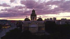 Centro de ciudad de Varna, de Bulgaria y la catedral de la suposición, opinión aérea del abejón almacen de metraje de vídeo