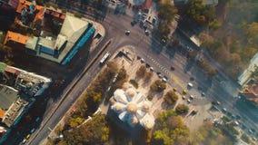 Centro de ciudad de Varna, de Bulgaria y la catedral de la suposición, opinión aérea del abejón almacen de video