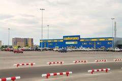 Centro de compra Castorama e estacionamento antes que ele em Nizhny Novgor Imagens de Stock