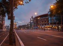 Centro de compra das arenas de Las em Barcelona (praça de touros velha) na noite imagem de stock