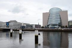 Centro de convenção pelo rio Liffey em Dublin, Irlanda Fotos de Stock