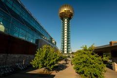 Centro de convenções de Knoxville e esfera de Sun com povos b de passeio Imagem de Stock