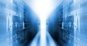 Centro de datos futurista con la falta de definición de movimiento de los superordenadores de las filas Imagen de archivo