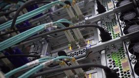 Centro de datos de trabajo por completo de estantes del servidor almacen de metraje de vídeo