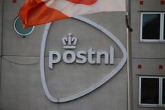 Centro de distribución de PostNL, organización anterior del poste del gobierno en el Forepark en Den Haag The Hague fotos de archivo libres de regalías