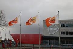 Centro de distribución de PostNL, organización anterior del poste del gobierno en el Forepark en Den Haag The Hague imagen de archivo libre de regalías