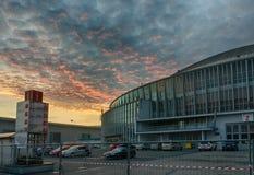 Centro de exposición de Brno en tiempo del advenimiento de la puesta del sol Foto de archivo