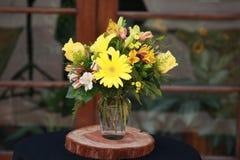 Centro de flores amarillo Fotos de archivo