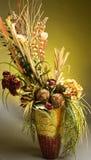 Centro de flores artificial hermoso Imagenes de archivo