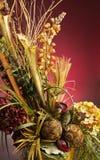 Centro de flores artificial hermoso en un florero Imagen de archivo libre de regalías
