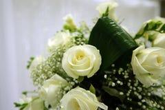 Centro de flores blanco de las rosas Imagen de archivo