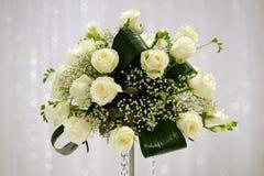 Centro de flores blanco de las rosas Foto de archivo libre de regalías