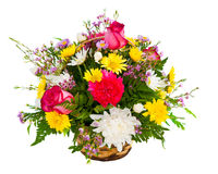 Centro de flores colorido en cesta imagen de archivo libre de regalías