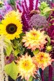 Centro de flores con las flores frescas Fotografía de archivo libre de regalías