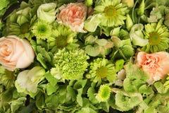 Centro de flores de diversas flores frescas Fotos de archivo
