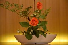 Centro de flores de Ikebana El rojo se levantó Fotografía de archivo
