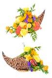 Centro de flores de la acción de gracias en cornucopia Foto de archivo libre de regalías