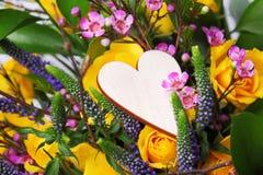 Centro de flores de la tarjeta del día de San Valentín Imagenes de archivo