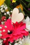 Centro de flores de la tarjeta del día de San Valentín Imagen de archivo libre de regalías