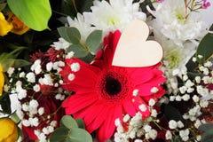 Centro de flores de la tarjeta del día de San Valentín Imágenes de archivo libres de regalías
