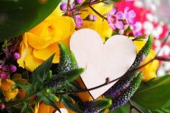 Centro de flores de la tarjeta del día de San Valentín Imagen de archivo