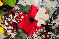 Centro de flores de la tarjeta del día de San Valentín Fotos de archivo libres de regalías