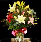 Centro de flores de las rosas fuertes y del amarillo Foto de archivo