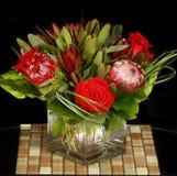 Centro de flores de las rosas y de los Proteas Fotografía de archivo