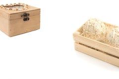 Centro de flores decorativo en una caja de madera y la caja para el árbol de la costura Imagen de archivo libre de regalías