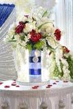 Centro de flores elegante en la tabla Foto de archivo