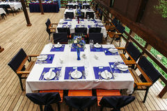 Centro de flores en casarse table-2 Composiciones florales con las rosas frescas y las flores azules Fotografía de archivo