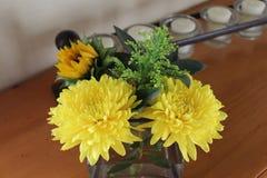 Centro de flores en la mesa lateral imágenes de archivo libres de regalías