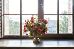 Centro de flores en la ventana Imagen de archivo