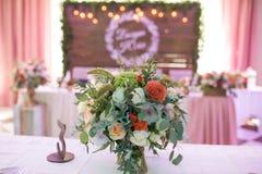 Centro de flores en un banquete de la boda Fotos de archivo libres de regalías