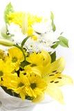 Centro de flores envuelto regalo Imagenes de archivo
