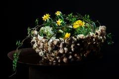 Centro de flores exquisito con las setas y los narcisos imagen de archivo libre de regalías