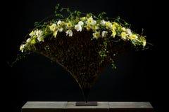 Centro de flores exquisito con los tulipanes y los narcisos Foto de archivo libre de regalías
