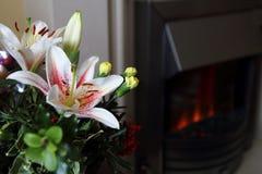 Centro de flores festivo precioso de la Navidad con los lirios y el mojón Fotografía de archivo libre de regalías