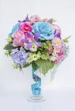 Centro de flores hermoso en el florero de cristal Fotos de archivo libres de regalías