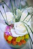 Centro de flores de la boda con las rosas Fotos de archivo libres de regalías