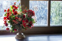 Centro de flores de la boda con las rosas rojas Imágenes de archivo libres de regalías