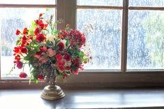 Centro de flores de la boda con las rosas rojas Fotos de archivo