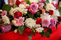 Centro de flores de la boda con las rosas y los crisantemos Imagen de archivo